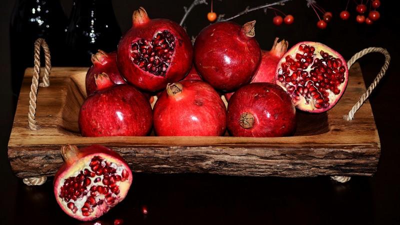 Pomegranate_Black_background_Grain_517319_2560x1440.jpg
